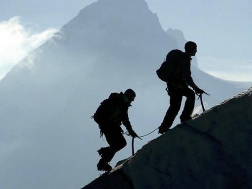 髌骨软化症患者应避免爬山类运动